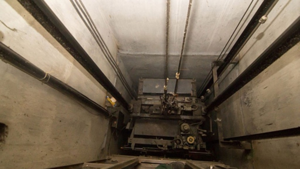 В Бутово-парке упал лифт с пассажиром