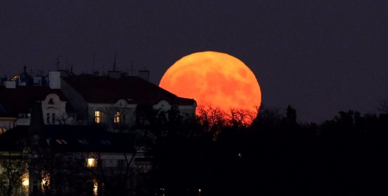 Жители России увидят самое длительное лунное затмение в XXI веке
